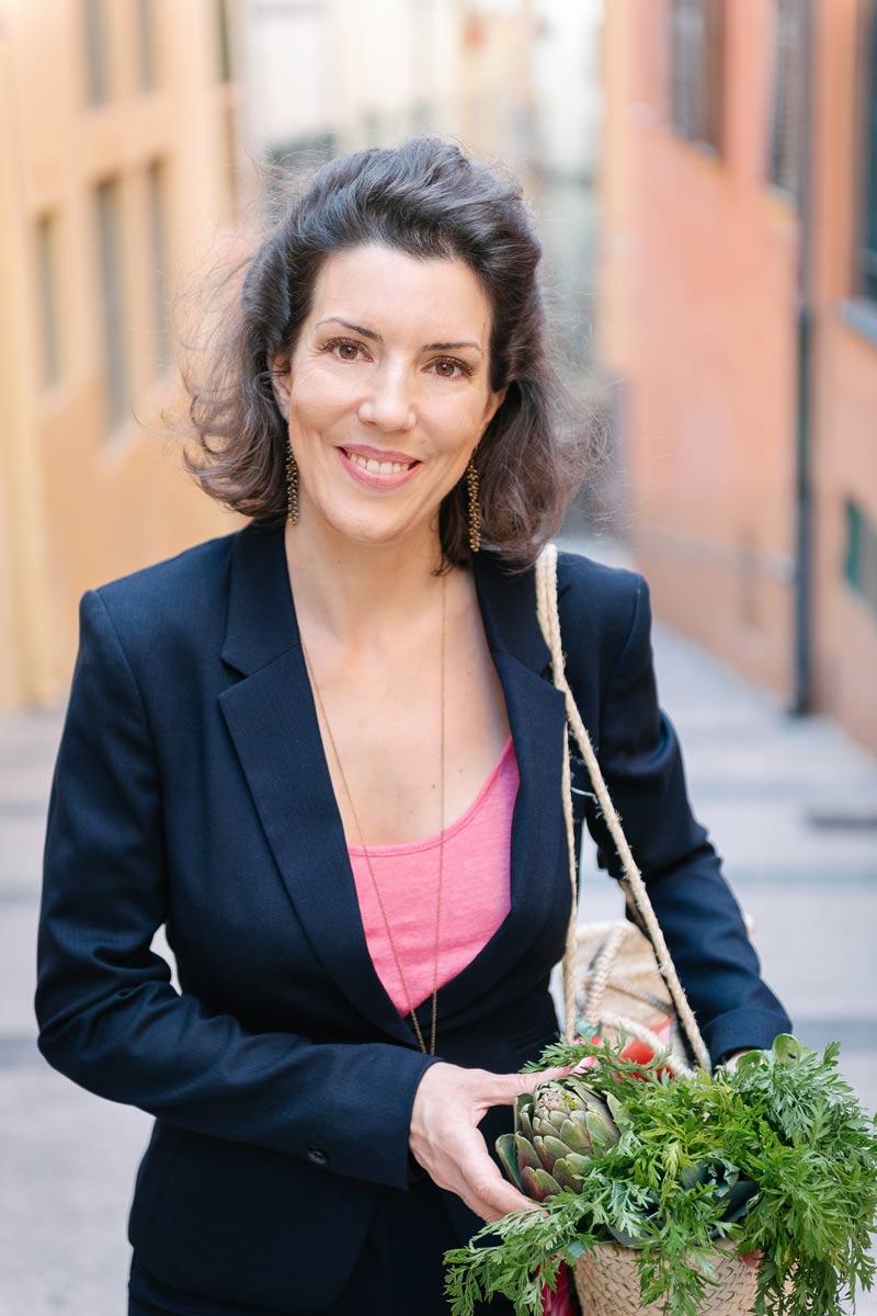Natacha Lagarrosse qui porte un panier en exterieur